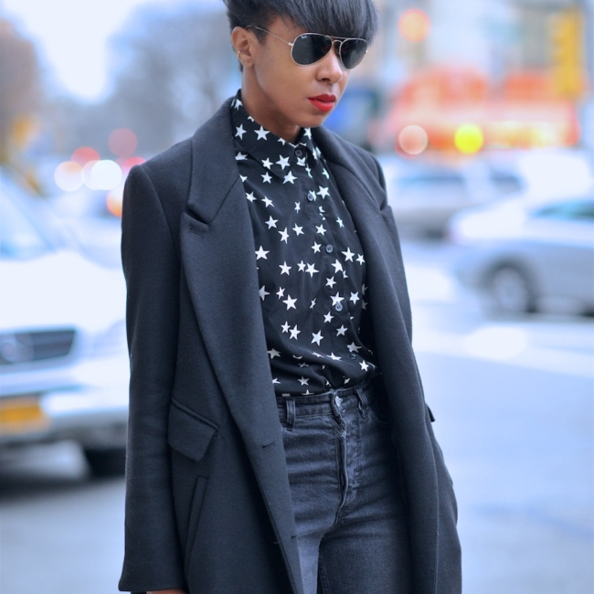 karen blanchard the fashion blogger wearing a short pixie hair cut and ray ban aviator sunglasses